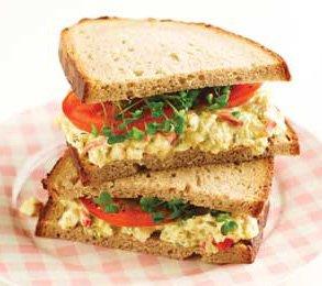 Бутерброды с яичным салатом, брокколи и приправой карри